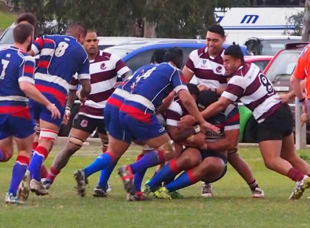 Footscray's forwards putting pressure - photo @22metri