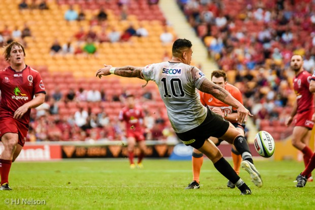Tusi Pisi clears the ball