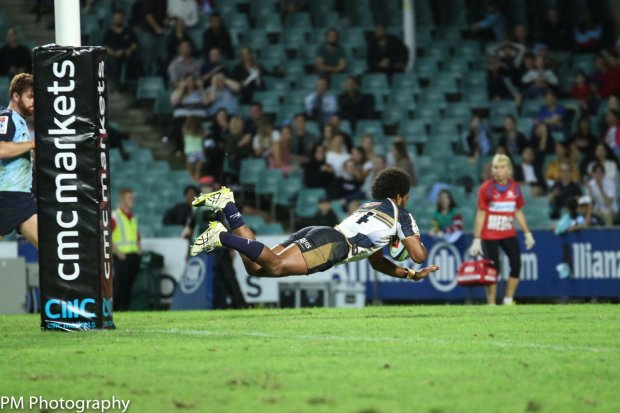 Henry Speight dives over for his second try.