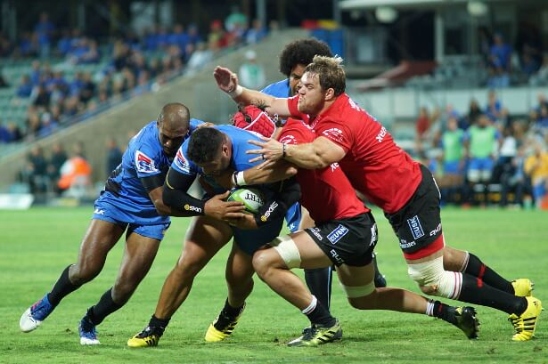 Andries Ferreira reaches over to scrag Pek Cowan