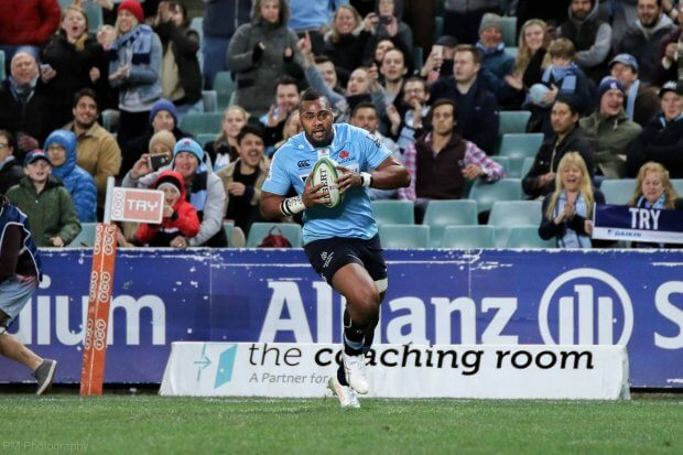 Taqele Naiyarovoro runs in a try.